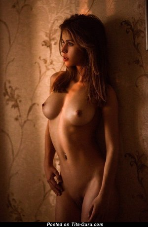 Alluring Babe with Alluring Bare Natural Tight Boobs (18+ Foto)