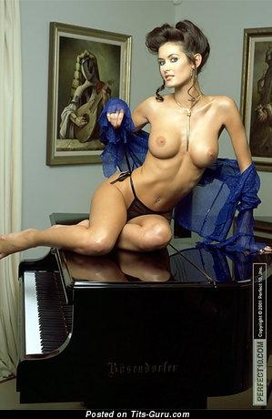 Nikkala Scott - nude nice female with medium tittys picture
