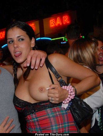 Женщина с классным голым натуральным среднего размера бюстом (частное эротическое изображение)
