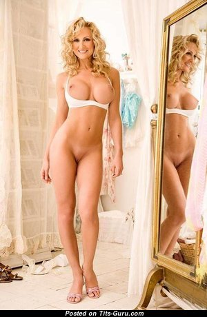Красивая топлесс блондинка красотка (интимная фотография)