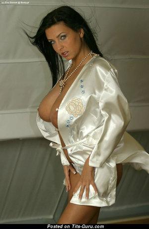 Ewa Sonnet: брюнетка красотка (Польша) с сексуальными оголёнными средними титями (порно фото)