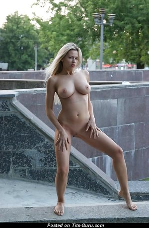 Nude beautiful lady with big natural boobs pic