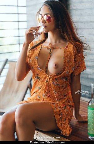 Красотка с красивой голой среднего размера грудью (эротическое фото)