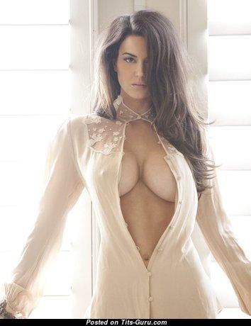 Одетая красотка с красивыми натуральными средними цицьками (hd эротическое изображение)