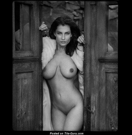 Изображение. Фотка невероятной обнажённой девахи с большими натуральными сиськами