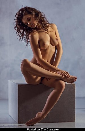 Изображение. Фотография офигенной голой женщины с средними натуральными сиськами
