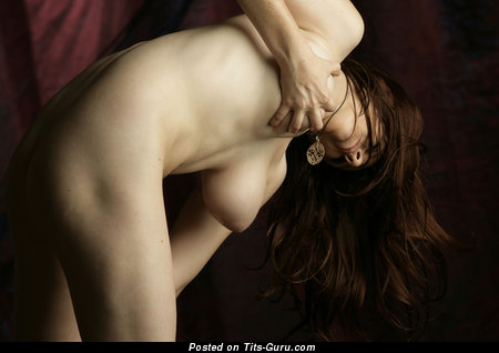 Image. Sarah - naked brunette with big natural breast and big nipples picture