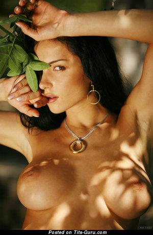 Jenya D - фотка умопомрачительной обнажённой модели с среднего размера грудью