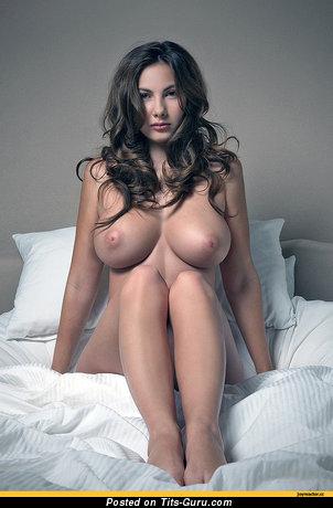 Изображение. Фото шикарной раздетой женщины с большими дойками
