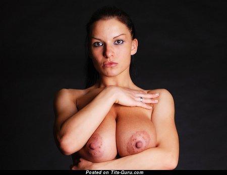 Axana Shyker: деваха с шикарными оголёнными натуральными крупными цицьками и пухлыми ореолами (hd 18+ изображение)