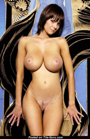 Гламурная брюнетка с сексуальным голым натуральным бюстом (4k эро фото)