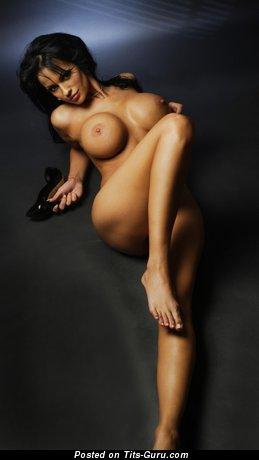 Изображение. Фото умопомрачительной обнажённой чувихи с большими силиконовыми сиськами