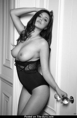 Красотка с офигенными обнажёнными натуральными грудями (порно фотка)