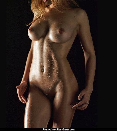 Роскошная непрекрытая мокрая блондинка (hd интимное фото)
