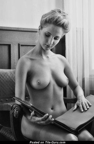 Изображение. Iva - фото невероятной раздетой блондинки с средними натуральными дойками, большими сосками