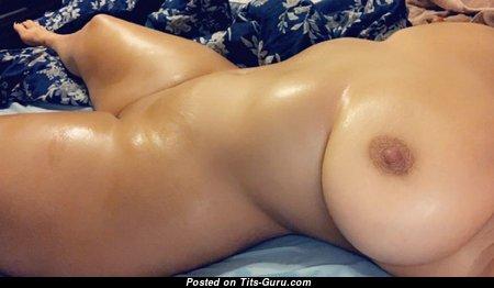 Умопомрачительная обнажённая леди (аматорское эротическое изображение)