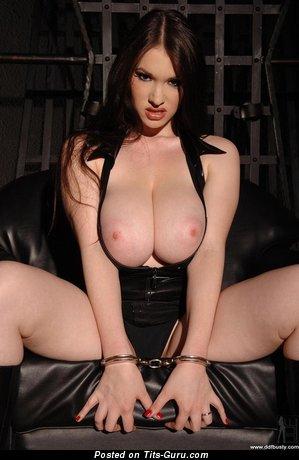 Anna Song - изображение офигенной раздетой брюнетки с гигантской грудью