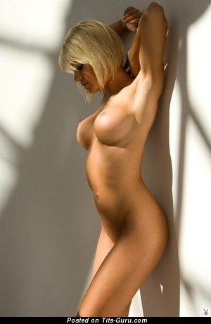 Изображение. Фотка невероятной обнажённой девушки с большой грудью