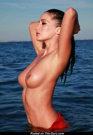 Pretty Woman with Pretty Naked Natural Average Titty (Hd Sexual Photo)