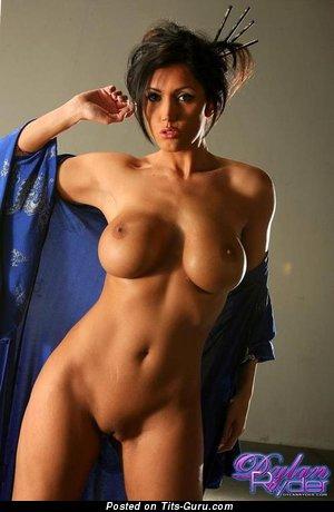 Изображение. Фото красивой раздетой брюнетки с большими сисечками