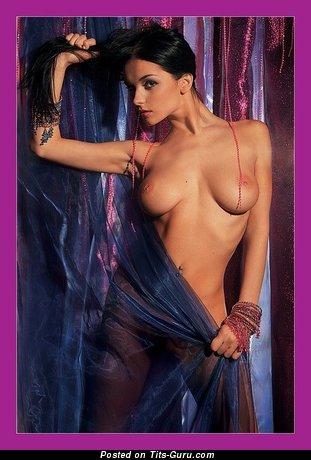 Jenya D - изображение шикарной обнажённой девахи с среднего размера натуральными дойками