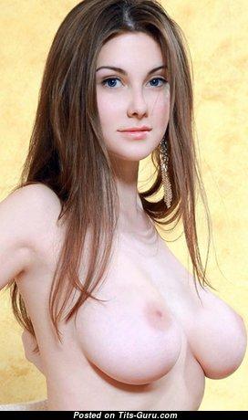 Marta E: красотка (Украина) с обалденным голым натуральным среднего размера бюстом (секс фотка)
