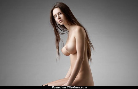 Sweet Glamour Babe with Sweet Naked C Size Tittes & Pointy Nipples (18+ Foto)