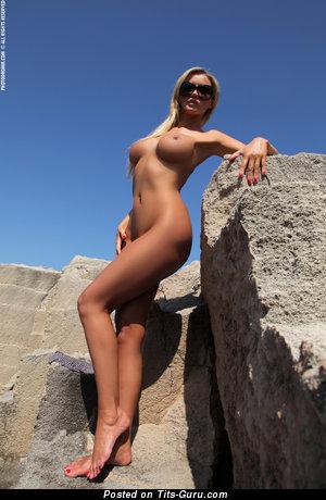 Holly Henderson - naked blonde with medium fake boobs photo