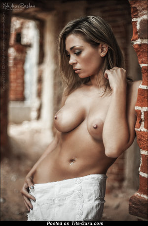 Фотка шикарной обнажённой девахи с большими натуральными сиськами
