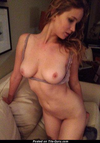 Jennifer Lawrence - фото восхитительной голой девахи с среднего размера натуральными сисечками