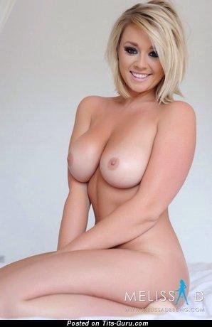 Изображение. Фото сексуальной девахи топлесс с большими натуральными сиськами