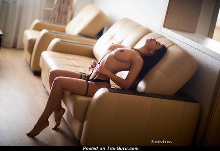 Восхитительная голая брюнетка красотка с сексуальными ногами в нижнем белье (hd интимное изображение)