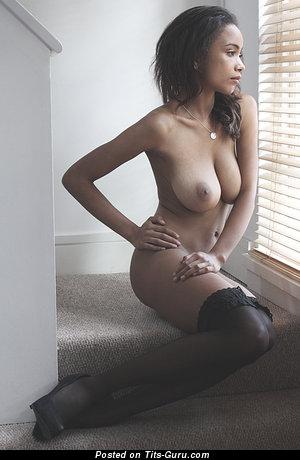 Изображение. Фотография обалденной раздетой девахи с натуральными дойками