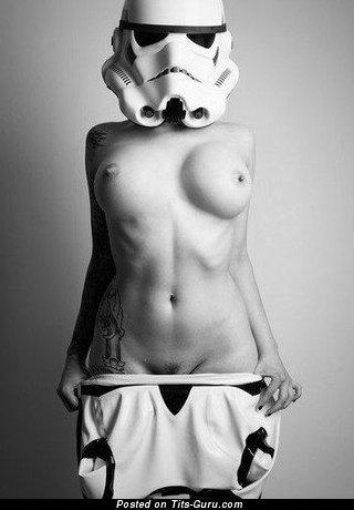 Изображение. Фотография восхитительной обнажённой тёлки с средними дойками
