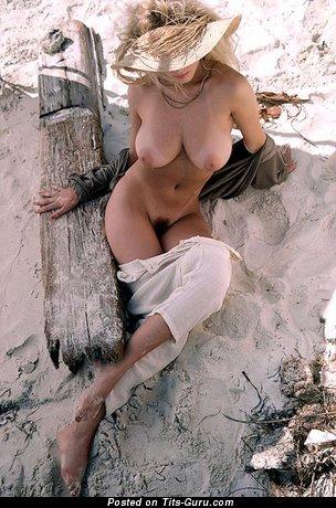 Изображение. Фотография умопомрачительной голой чувихи с большими сиськами