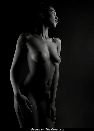 Изображение. Фото шикарной обнажённой чувихи с среднего размера натуральными дойками