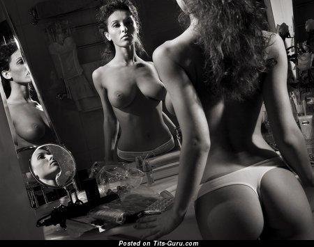Девушка с шикарными оголёнными натуральными немалыми сисяндрами (18+ фотка)