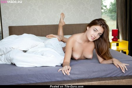 Изображение. Фотография сексуальной голой тёлки с натуральными сисечками