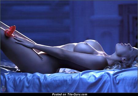 Изображение. Фотография невероятной раздетой девушки с большими сисечками