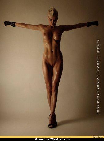 Изображение. Картинка красивой обнажённой чувихи с среднего размера дойками