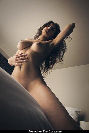 Изображение горячей обнажённой девушки с большими натуральными сиськами