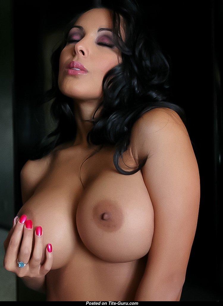 Гламурная брюнетка с голыми большими сосками