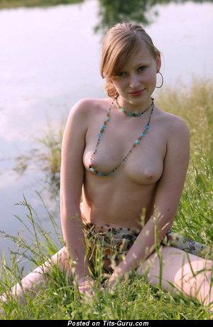 Изображение. Фотка умопомрачительной раздетой тёлки с натуральной грудью