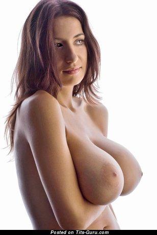 Изображение. Jana Defi - изображение красивой брюнетки топлесс с большими натуральными сисечками