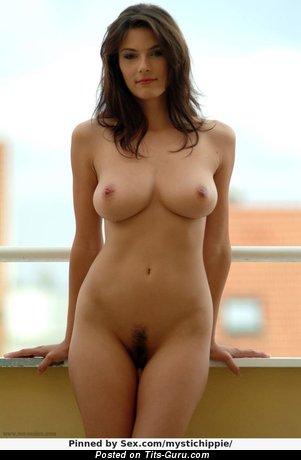Anita Queen - фото умопомрачительной голой брюнетки с среднего размера натуральными дойками