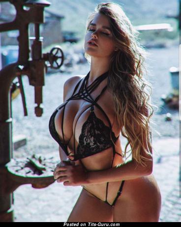 Изображение. Фотография обалденной голой девушки с большими силиконовыми сисечками