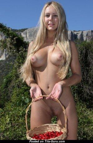 Cute Blonde Babe with Cute Bald Medium Sized Chest (Sex Foto)