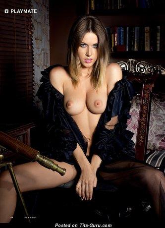 Изображение. Фото красивой раздетой чувихи с среднего размера дойками