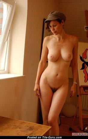 Изображение. Картинка обалденной раздетой брюнетки с средней натуральной грудью