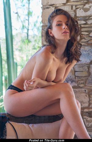 Изображение. Фото умопомрачительной чувихи топлесс с среднего размера натуральной грудью